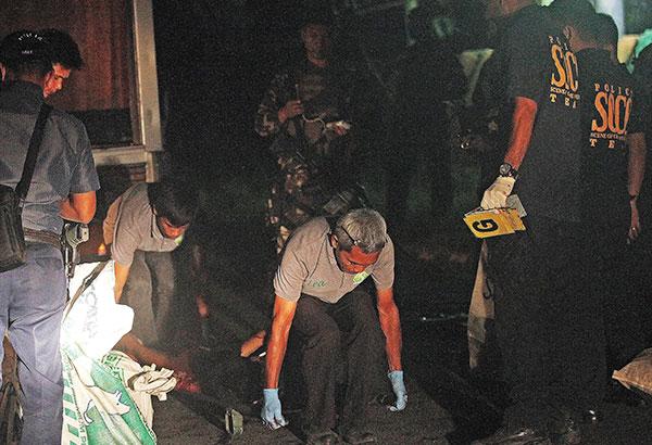 Les policiers enlèvent les corps des guérilleros tués