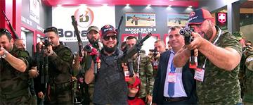 Miliciens au salon de l'armement à Istanbul