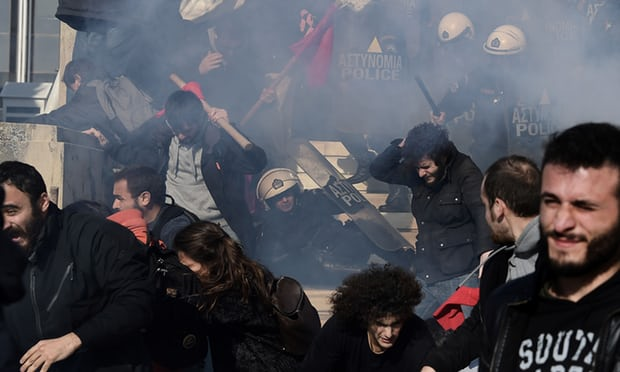 La police a fait usage de gaz lacrymogènes devant le parlement