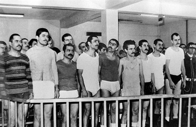 Dans les années '70, les militants accusés d'appartenir au Parti-Front Révolutionnaire de Libération du Peuple refusant l'uniforme comparaissent en sous-vêtements devant le tribunal