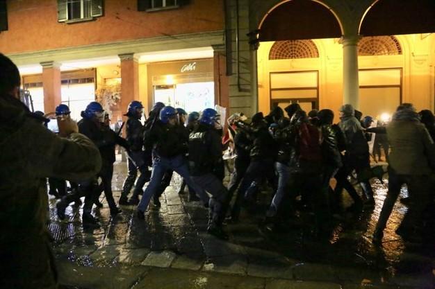 Affrontements à Bologne entre policiers et antifascistes