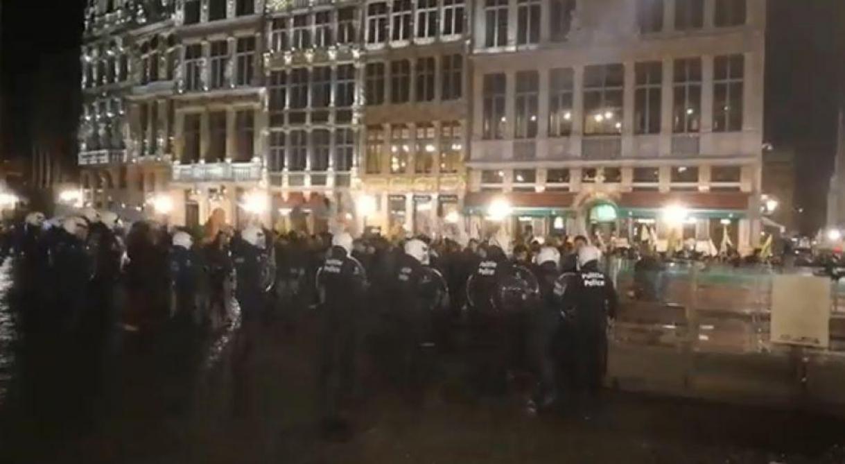 La police nasse la manifestation sur la Grand-Place de Bruxelles.