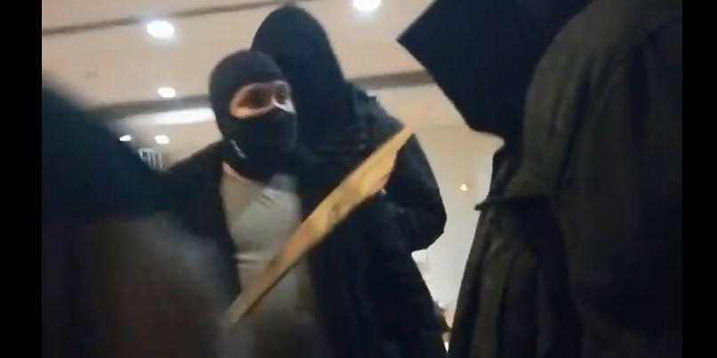 Un agresseur fasciste armé d'un bout de palette