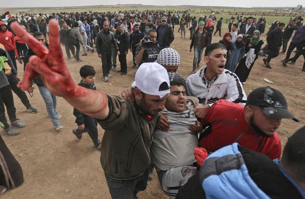 Manifestants évacués lors de la Marche du Retour à Gaza.