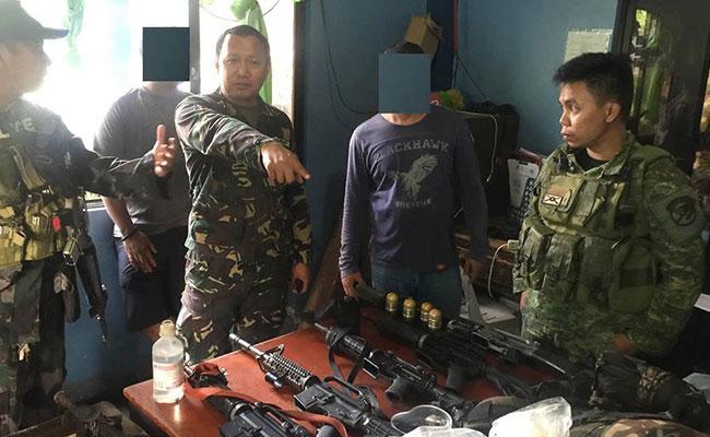 Les militaires et les policiers présentent leur butin à la presse