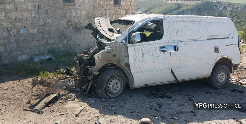 Un minibus transportant des miliciens islamistes au service des Turcs détruit à Afrin avant-hier 6 mars; trois de ses occupants ont été tués.