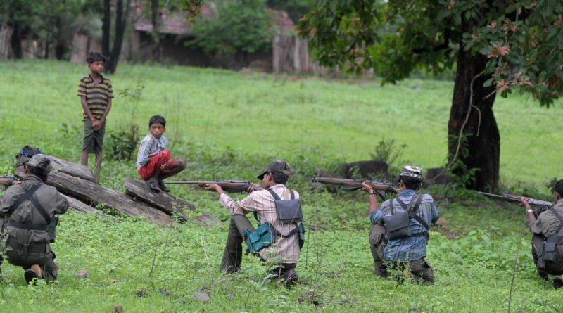 Guérilleros maoïstes à l'entrainement