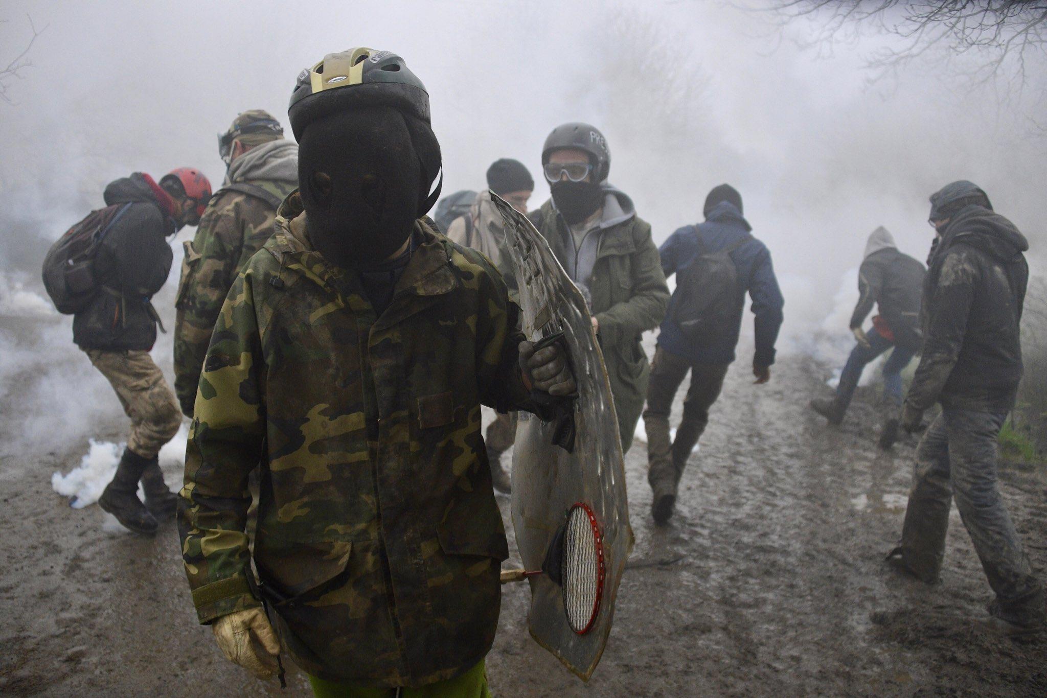 Les zadistes sous un bombardement de gaz lacrymogènes