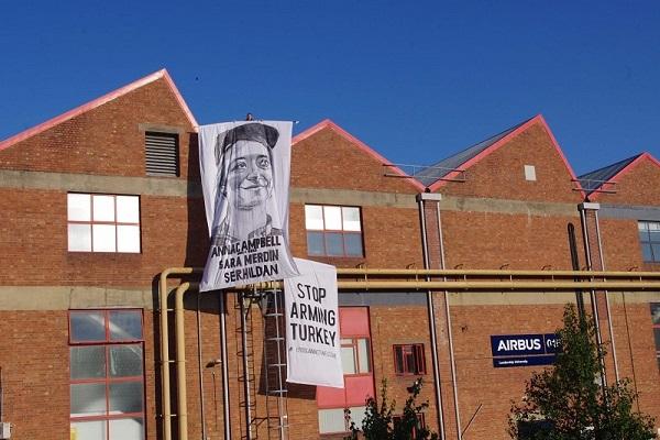 Bannière d'Anna Campbell déployée depuis le toit de l'usine Airbus à Filton