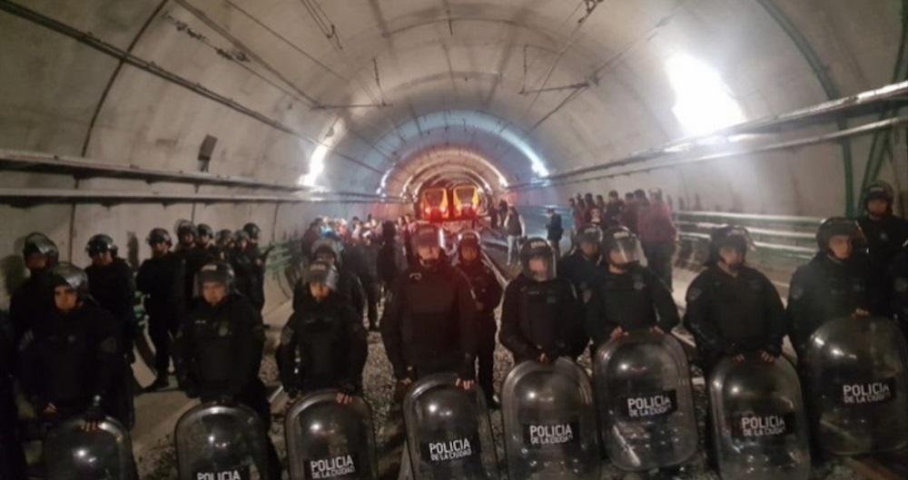 Action de grève dans le métro. La police prête à charger