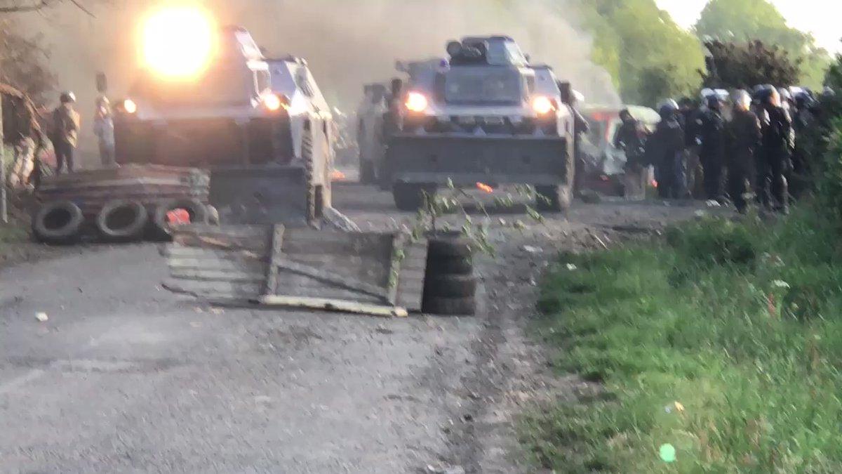 Les blindés de la gendarmerie forçant une barricade ce jeudi matin