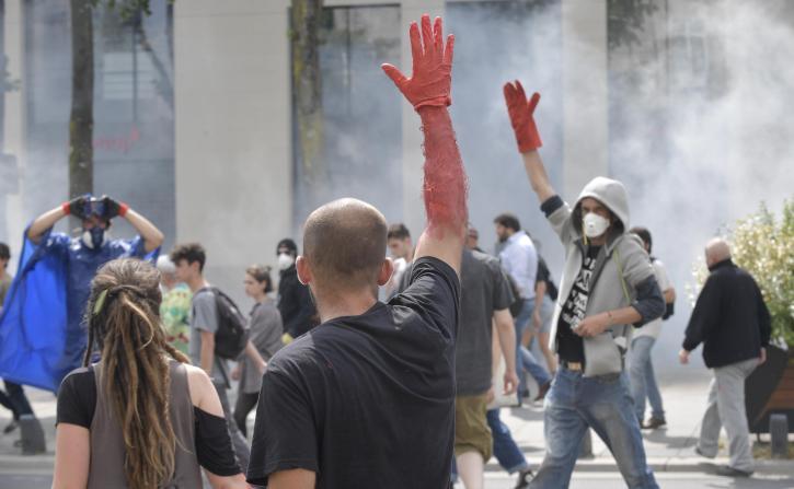 Les gants rouges à la manifestation du 26