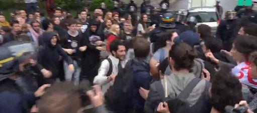 Les cheminots délivrent des étudiants nassés par la police
