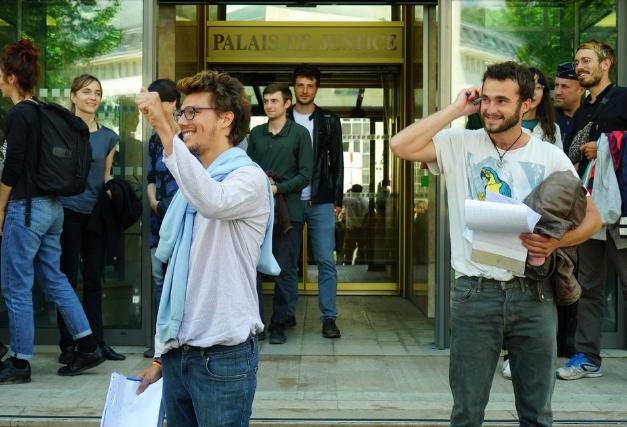 Bastien et Théo à la sortie du tribunal
