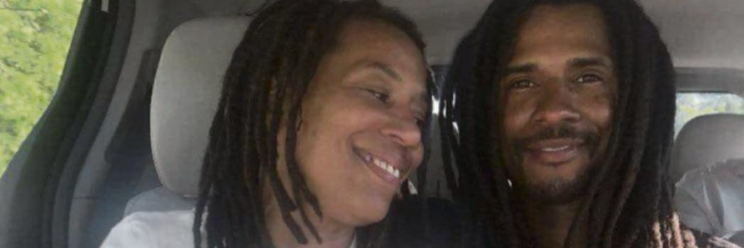 Debbie Africa et son fils, Mike, né en détention, qui est venu la chercher à sa libération