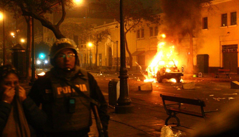 Un véhicule de police en feu hier dans les rue de Lima