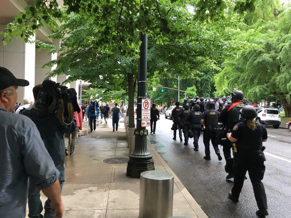 La police escorte les manifestants d'extrême-droite