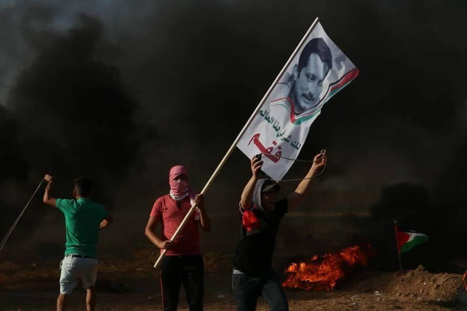 L'effigie de Ghassan Kanafani brandie pendant les manifestations à Gaza.