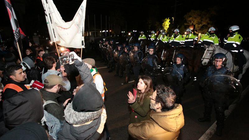Faca à face antifas et policieers à Melbourne