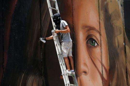 Portrait d'Ahed Tamimi sur le mur de séparation à Bethléem