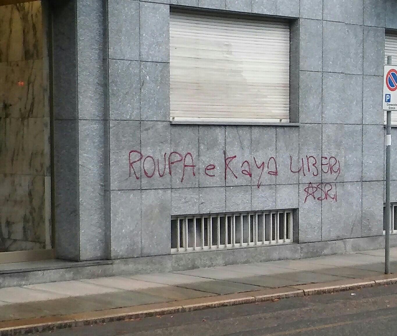 Graffiti de solidarité avec Pola Roupa et Turgut Kaya sur le Consulat de Grèce à Turin.