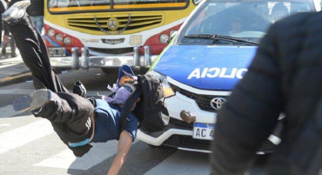 Manifestation du chantier naval Río Santiago - manifestant renversé par la police