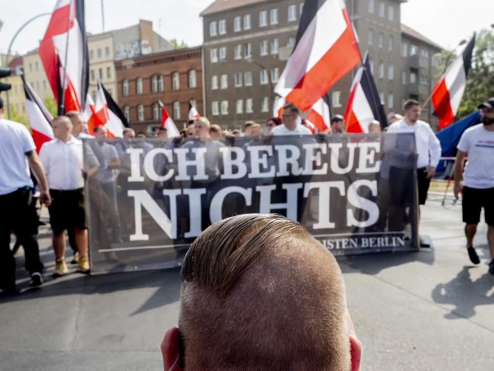 Les fascistes rassemblés avant les affrontements derrière ce calicot:
