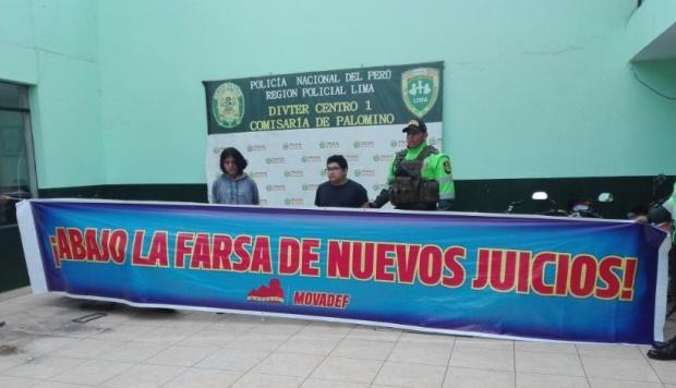 Les deux jeunes présentés par la police avec une banderole du MOVADEF dénonçant la justice