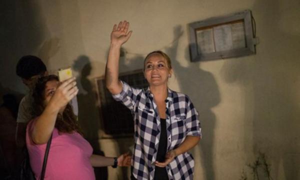 Pinar Aydinlar à sa sortie de prison.