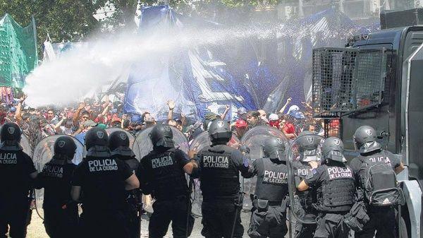 Répression lors des festivités du 40ème anniversaire de l'organisation des grands-mères de la Plaza de Mayo