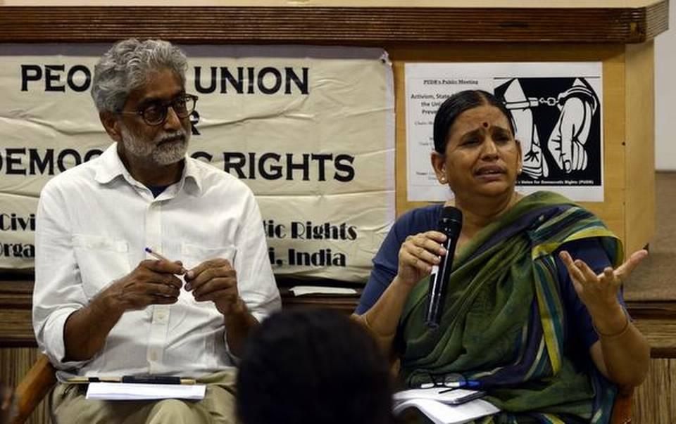 Sudha Bharadwaj et Gautam Navlakha lors d'un meeting