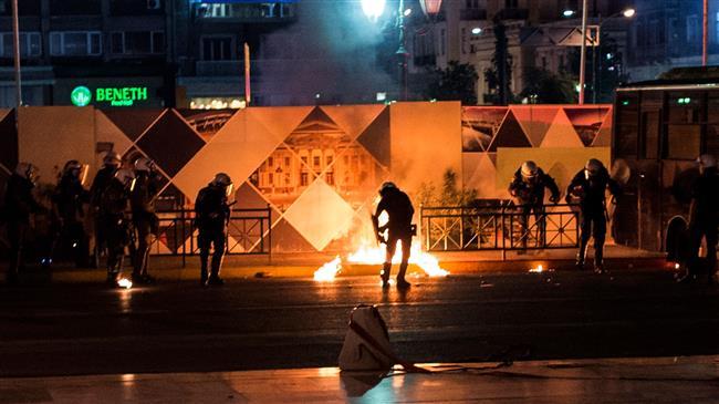Policiers anti-émeutes ayant essuyé un jet de cocktail Molotov à la commémoration de Pavlos Fyssas