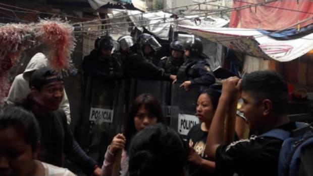 Les occupants de Juarez face aux policiers anti-émeute