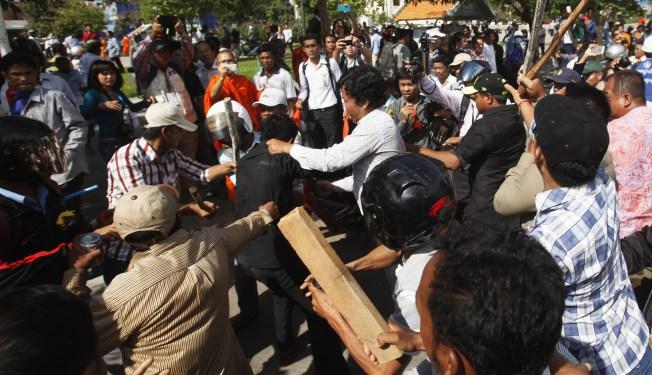 Affrontements devant la Fu Yuen Garment Co Ltd à Yangon