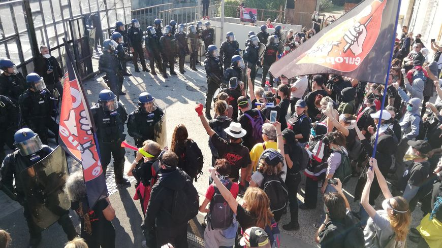 Militants anti-corrida face à des gendarmes mobiles à Rodilhan