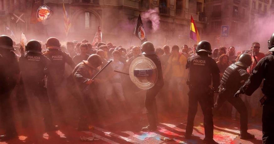 Affrontement entre policiers et indépendantistes et antifascistes catalans