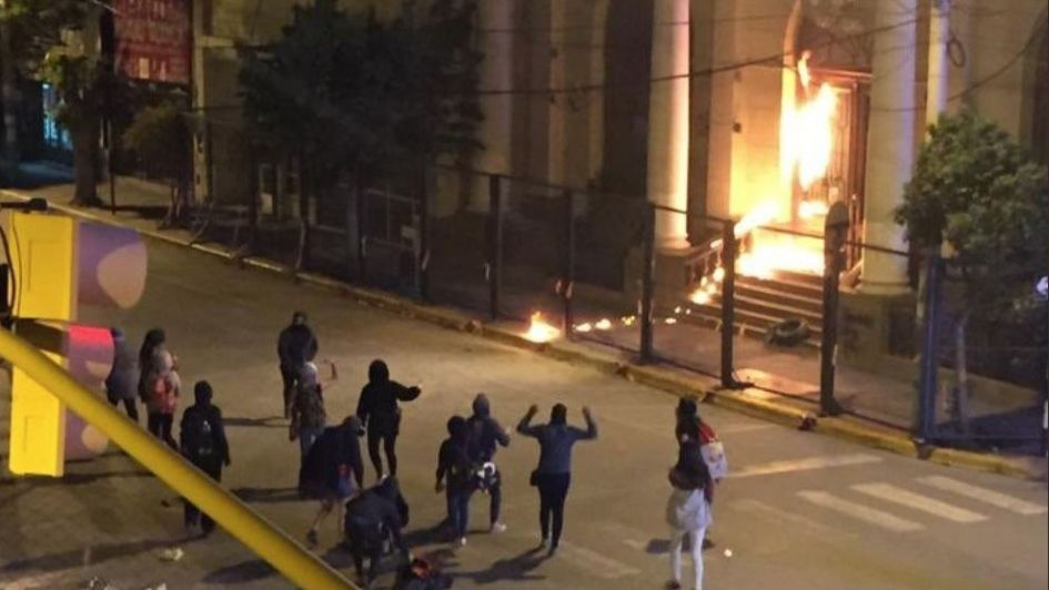 Des manifestantes attaquant au cocktail Molotov la principale église de Trelew