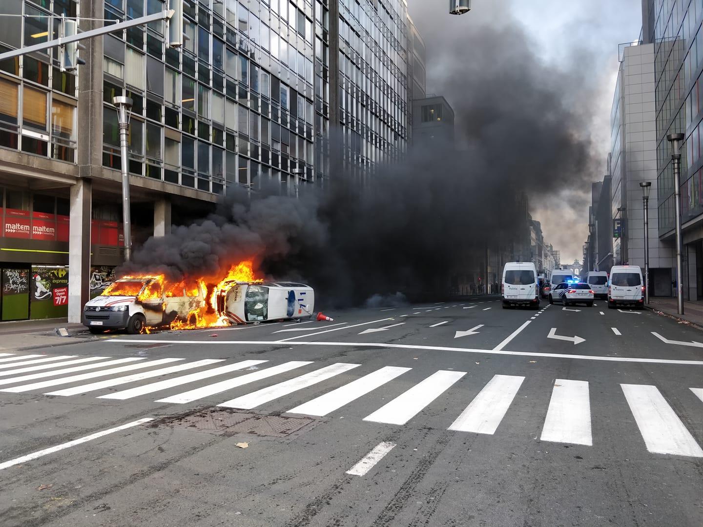 Deux camionnettes de la police en feu à Arts-Loi