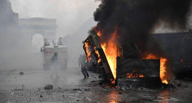 Camion en feu sur les Champs Elysées