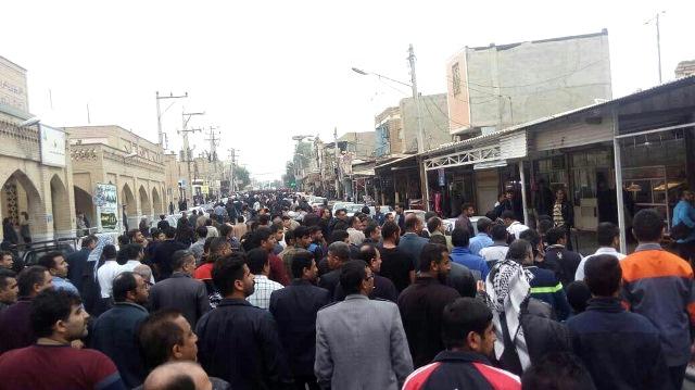 Manifestants dans les rues de Suse