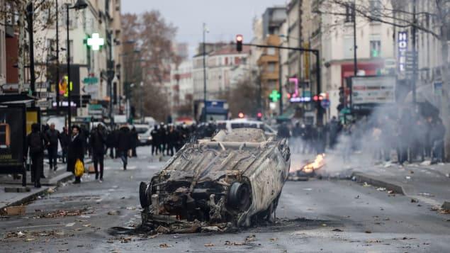 Une voiture a été incendiée à Aubervilliers par des lycéens qui s'opposent à la réforme de l'éducation du gouvernement.