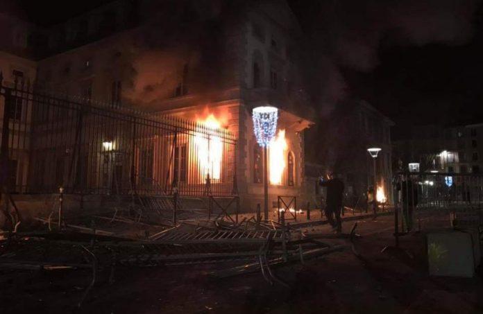 La préfecture de Haute-Loire, à Puy-en-Velay, incendiée par les Gilets Jaunes (archive)