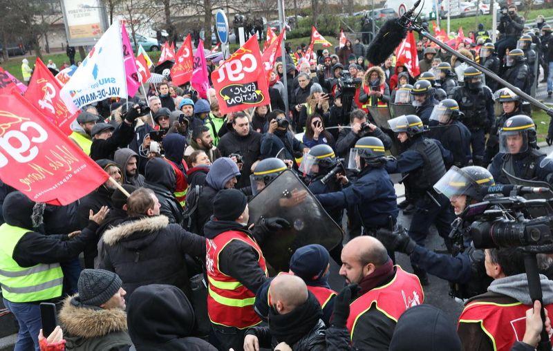 Les manifestants et les CRS à Créteil
