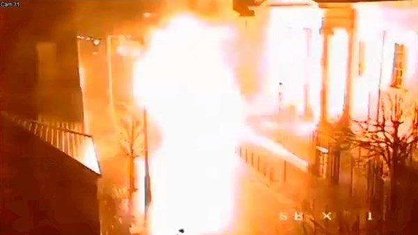 L'explosion de la voiture piégée devant le palais de justice