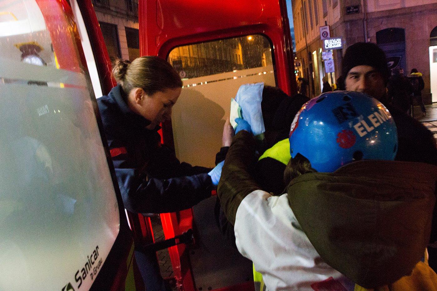 L'évacuation du manifestant blessé
