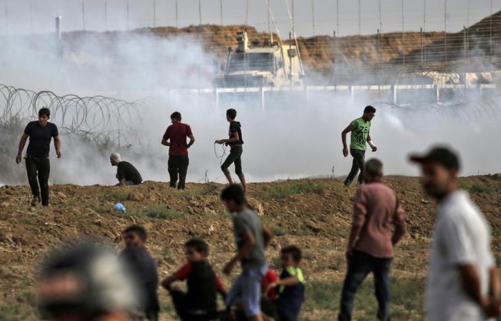 jeunes manifestants face à l'armée israélienne à la frontière de Gaza