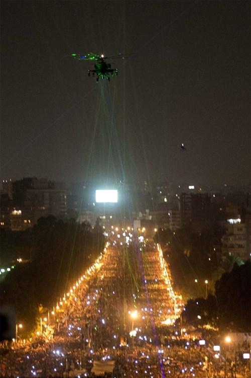 Lasers convergeant vers un hélicoptère de l'armée égyptienne