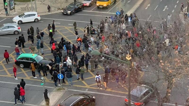 Les manifestants se rassemblant à lisbonne