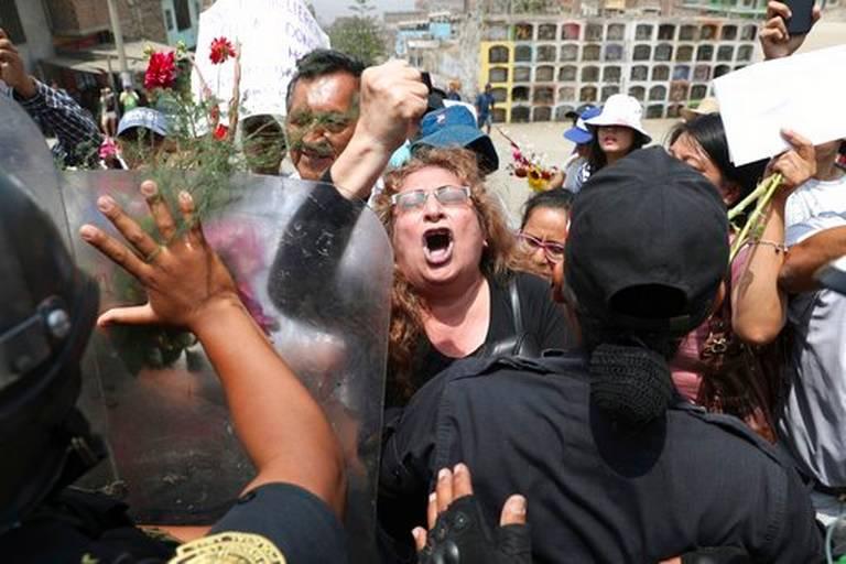 Les familles des maoïstes assassinés protestant lors de la démolition du mausolée