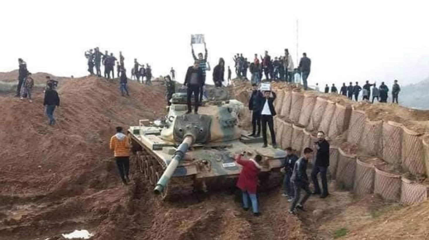 Un char capturé par les manifestants lors de la prise de la base samedi 26 janvier